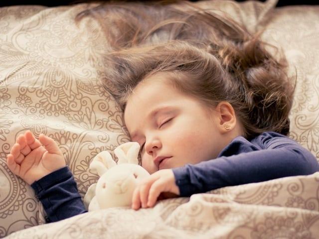 כיצד נרגיל את ילדינו להירדם לבד ולישון לילה רצוף