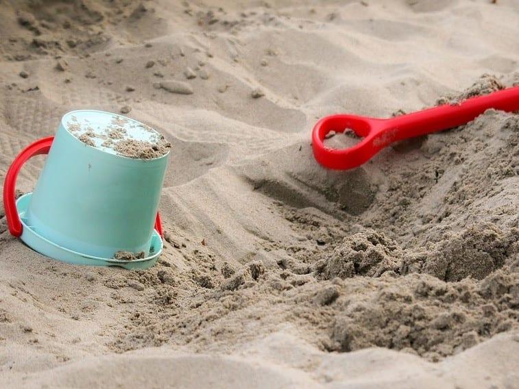 דלי וכף בחול